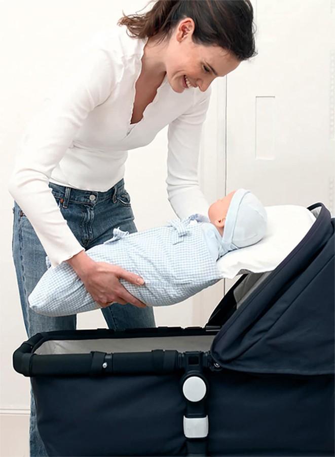 Schlafsack im Kinderwagen legen